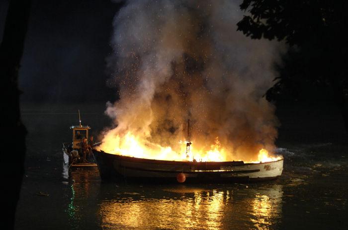 Jack Carvers Boot geht in Flammen auf