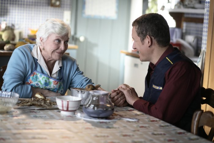 Antoine (Dany Boon) mit Mutter (Line Renaud)