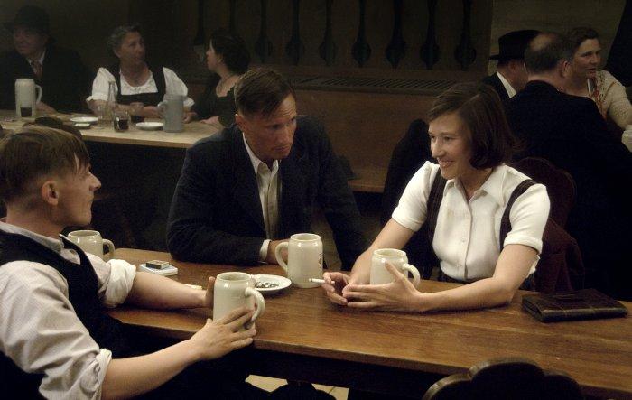 Andi (Florian Lukas) und Toni hören sich Luises Vorschlag an
