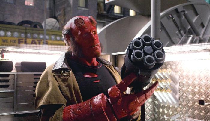 Hellboy (Ron Perlman) legt sich sein Werkzeug zurecht