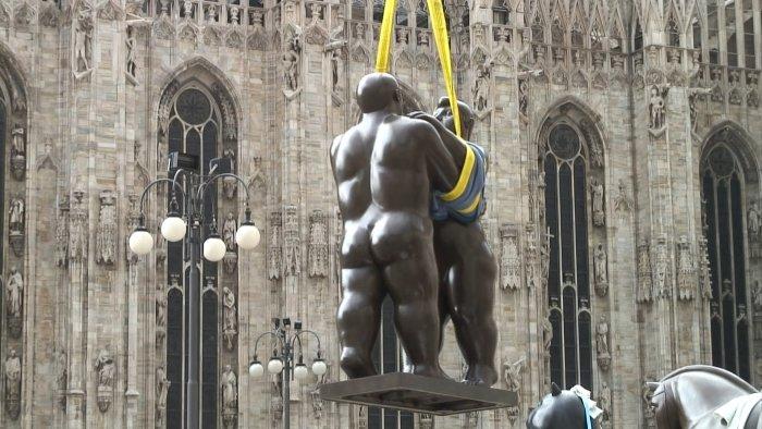 Per Kran werden Skulpturen aufgestellt