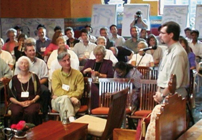 Die Zuhörer lauschen andächtig einem Vortrag