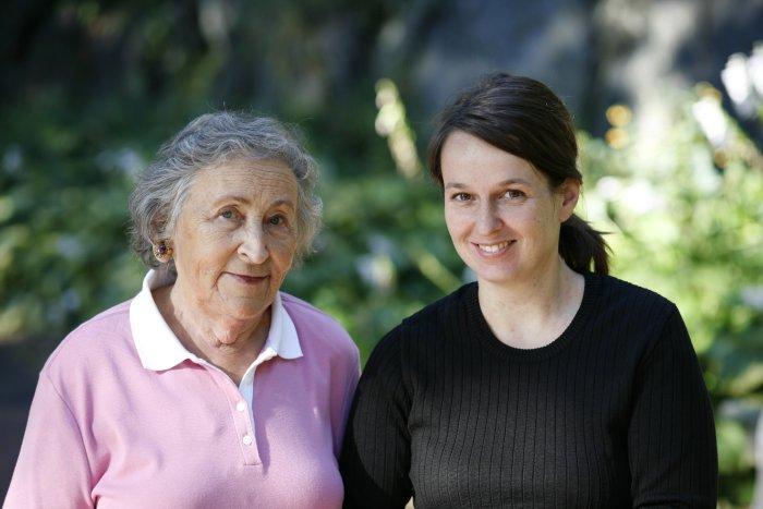 Gerda Schrage mit Britta Wauer