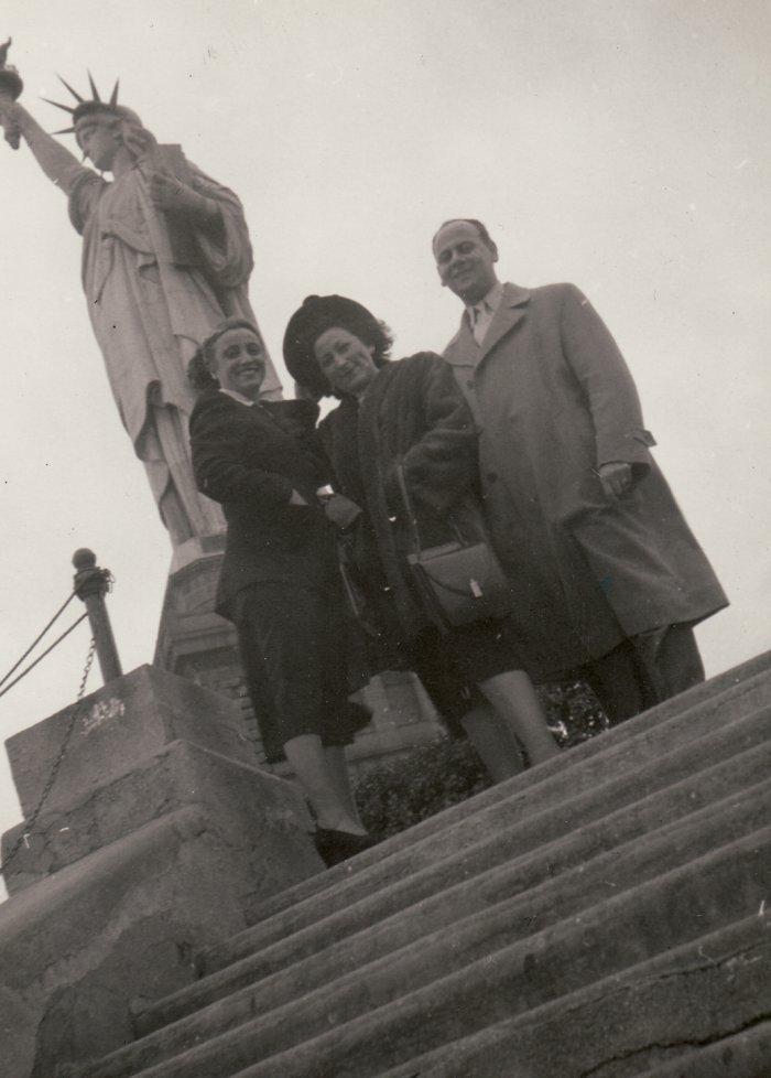 Gerda und Sam Schrage vor der Freiheitsstatue