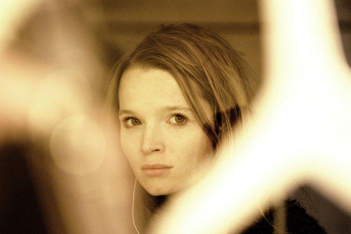 Lilli (Karoline Herfurth) trauert um den Bruder