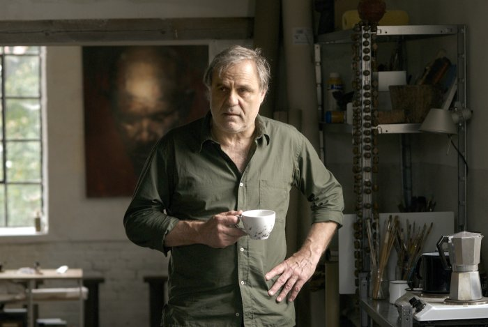 Max Hollander (Josef Bierbichler) in seinem Atelier