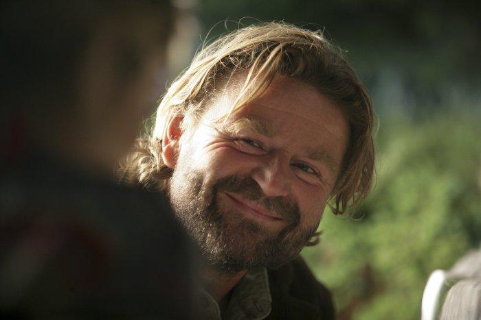 Adrian (Peter Gantzler) ist ein Freund der Familie