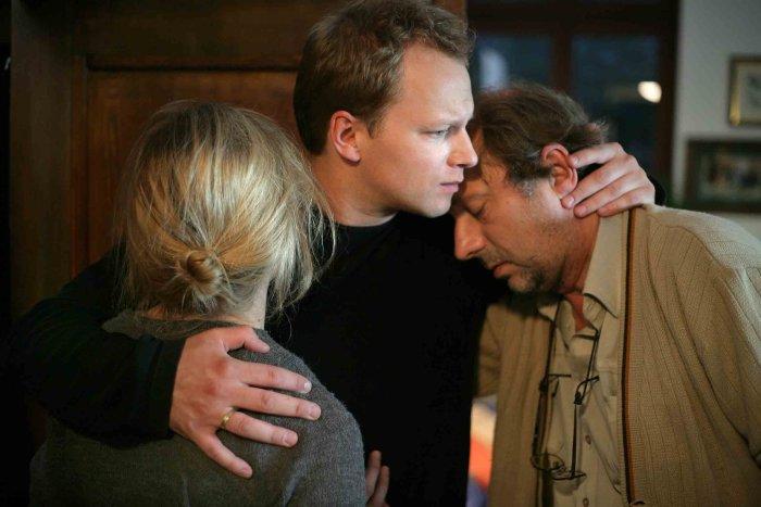 Piotrek (Maciej Stuhr) versucht Frau und Schwiegervater zu trösten