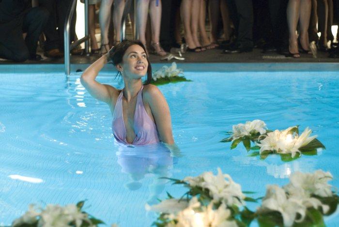 Großer Auftritt im Pool auf der Party